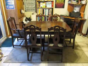 Dining Room Table with leaf and 6 Chairs