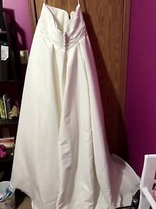 BRAND NEW WITH TAG DAVID'S BRIDAL PLUS SIZE WEDDING GOWN