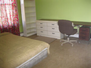 NICE ROOM IN STUDENT APARTMENT--INTERNATIONAL STUDENTS WELCOME