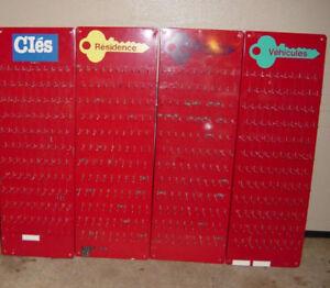 Panneaux présentoire et étalage pour clefs, de $50. à $300.