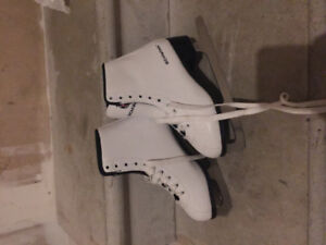 Excellent Condition figure skates for girls.