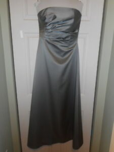 STRAPLESS WEDDING GOWN FOR SALE