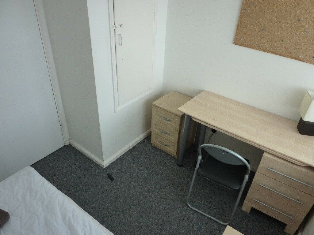 LARGE ROOM TO LET. AVAILABLE OCTOBER. Close to Business Park, UNI, Shops, Train station. CALL NOW