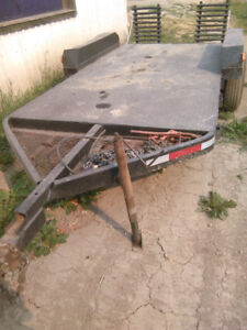 Tandem flat deck equipment trailer with pintle hitch