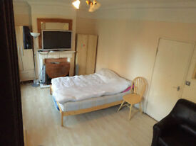 Nice Twin room available now in a clean flat, close to barnes train, by the roehampton Uni