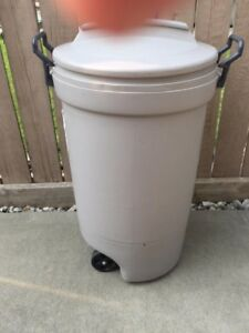 RUBBERMAID OUTSIDE GARBAGE CONTAINER---USED