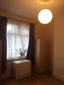 A lovely large Double Room in Acton High Street. Free wifi W3 6AN