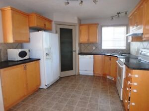 #3332FULL HOUSE in Lakeland w/ 2nd Kitchen $1550 Avail. Sept 1ST