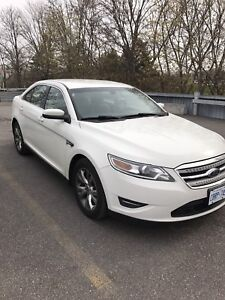 FORD TAURUS SEL AWD 2010. Mint condition