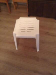 Petite table blanche en PVC