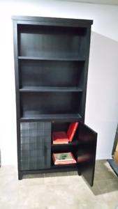 Bibliothèque  avec tablettes ouvertes et fermées