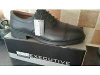 Brand new in box executive psf safety shoes size 11