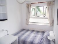 NICE SINGLE ROOM IN 4 BED TOWNHOUSE for young professionals available 01/08/17