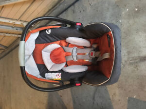 MINT condition, lightly used Graco car seat