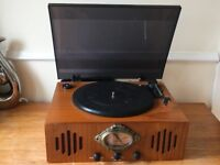 RETRO STYLE WOODEN RECORD PLAYER WITH AM/FM RADIO