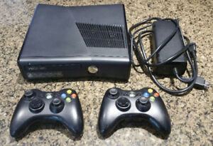 XBOX 360 Slim 250gB + 2 controllers + 1 game