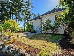 3 Bedroom 2 bath 2 Story Suite, Minutes Away from UVIC and SHOPS