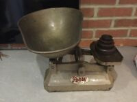 VINTAGE 1930 PERRY OF ILFORD WEIGHING SCALES WITH A COMPLETE SET OF WEIGHTS IN GOOD CONDITION
