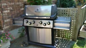 LARGE BROIL KING -4 BURNER -NATURAL GAS BBQ FANTASTIC CONDITIO