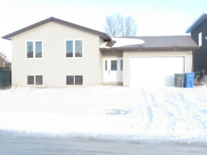 5 bed, 3 bat, dbl garage,fenced yard, Furnished hus4rent Estevan