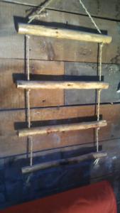 Échelle en bois flotté avec corde de jute.