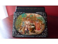 LOVELY RUSSIAN DECORATIVE LACQUERED BOX. SIGNED.