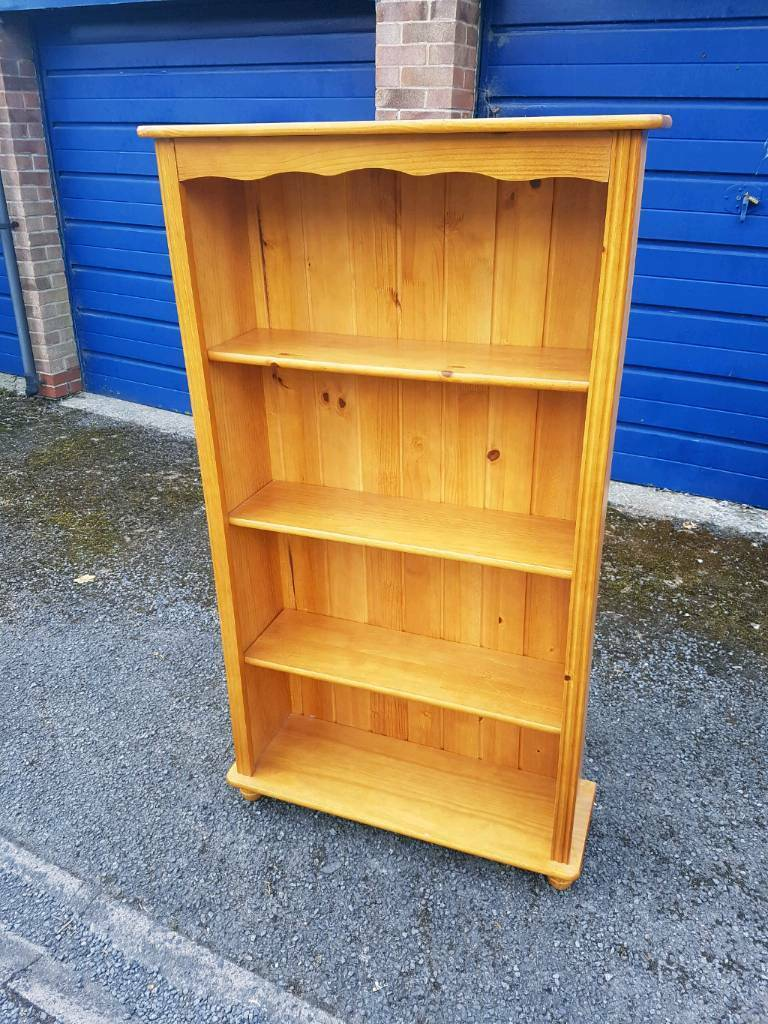 Lovely solid pine wood bookcase bookshelf in excellent condition - can deliver