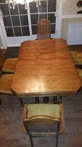 Vaisselier antique vintage avec table et 6 chaises