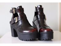 Detailed buckle shoe boots size 5