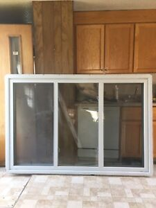 Vinyl sliding window