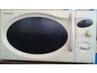 SAMSUNG white microwave in very good condition only £25