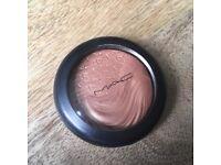 Mac Cosmetic Magnetic Appeal Extra Dimension Skin finish
