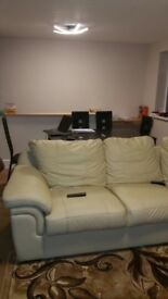 A clean room to rent , with car park ,2 minutes drive from M4 in a quiet part of Reading .