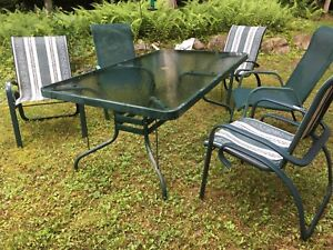 Set de table et 5 chaises patio