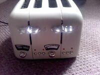FOUR-SLICE CREAM-COLOURED DELONGHI TOASTER