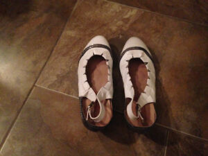 Belles sandales-souliers neuves en cuir de marque Apple love
