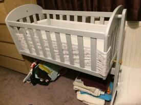 East Coast swinging crib with BreathableBaby cot mesh and Clair de lune fitted sheets