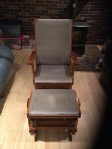 Chaise berçante avec repose-pied
