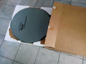 "28"" Satellite Dish / satellite antenne de 28 po - New / Neuf!"