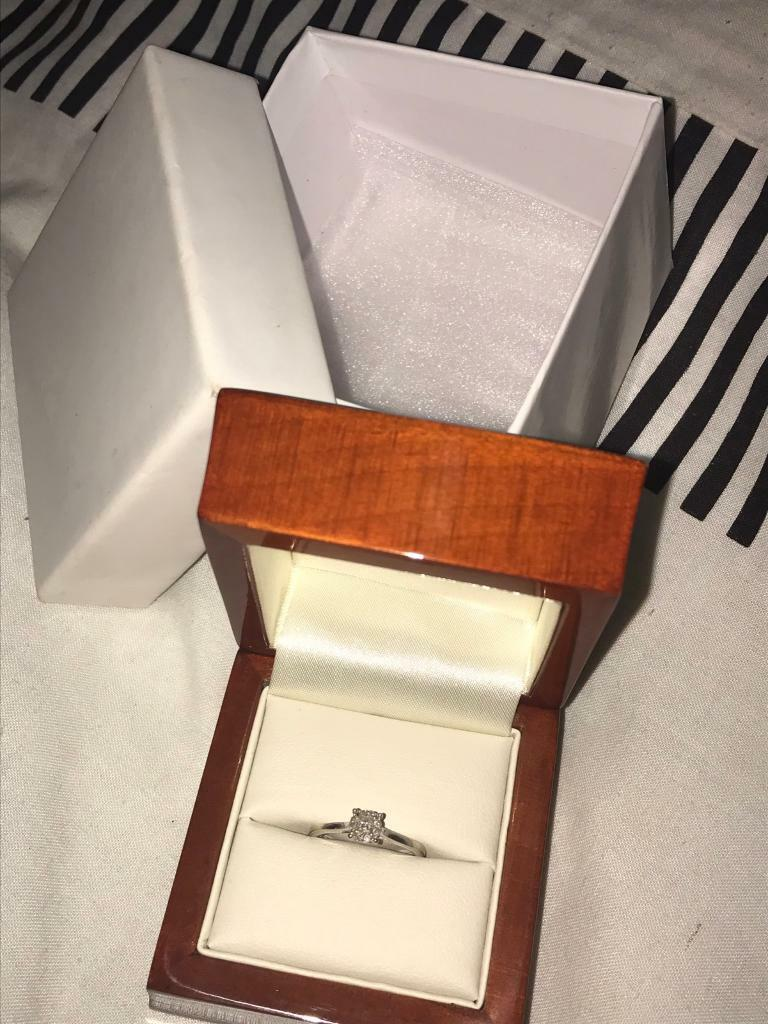 Engagement ring, White gold, 9 diamonds