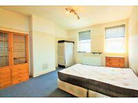 3 bedroom flat in Watford Way, London, NW4