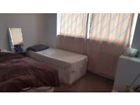 Twin room to share with a english man, close to West Croydon and East Croydon Station (09/08)