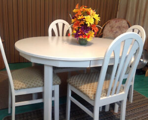 WHITE KITCHEN TABLE AND 4 CHAIR SET