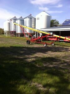 Auger, 835 Versatile, Spray Coupe,Grain bins