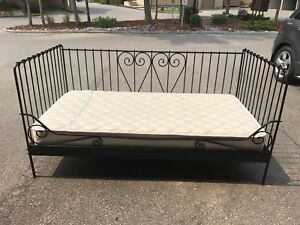 Single day bed! Sealy mattress! Great shape!! Black metal frame