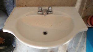 lavabo avec robinet .