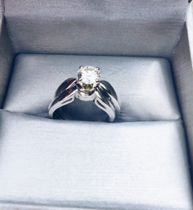 Stunning Round Brilliant Engagement Ring Set - Platinum