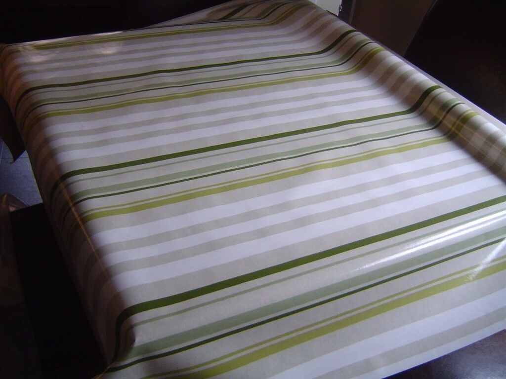 BRAND NEW JUST WIPE GREEN WHITE XMAS FESTIVE TABLE CLOTH PVC 140 x 135