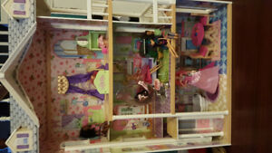 Large doll house with dolls