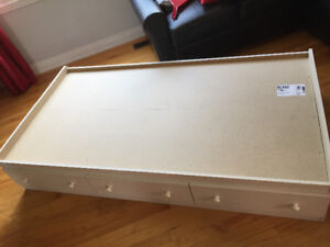 Single bed with 3 drawers/lit simple avec 3 tiroirs